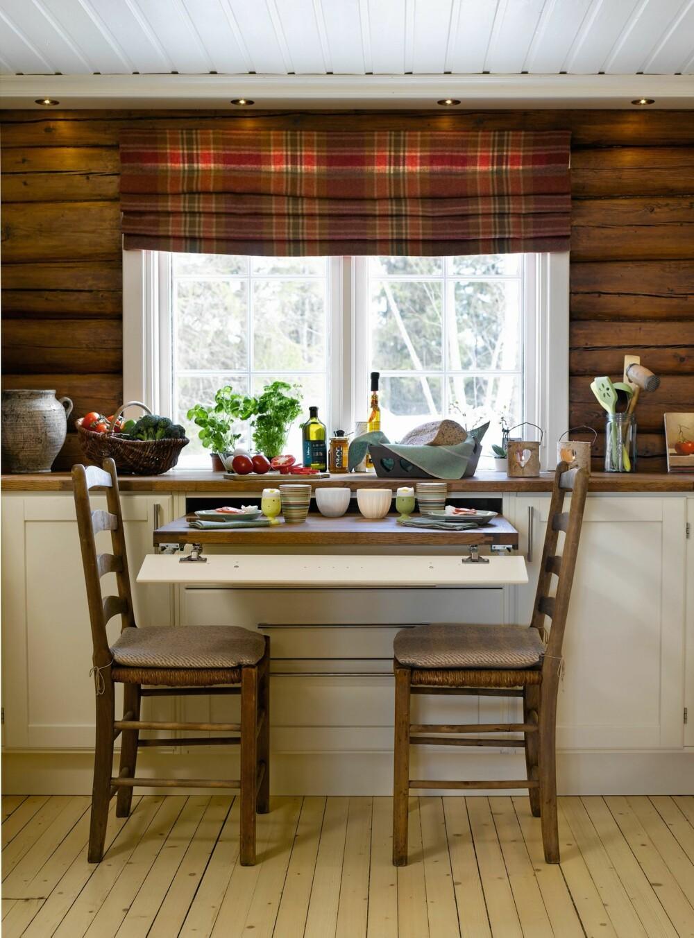 FLEKSIBEL SPISEKROK: Det var hytteeiernes idé å lage en uttrekkbar plate. De ønsket seg en spiseplass på kjøkkenet uten å måtte ofre gulvplass til bord og stoler. Løsningen er funksjonell og plassbesparende.