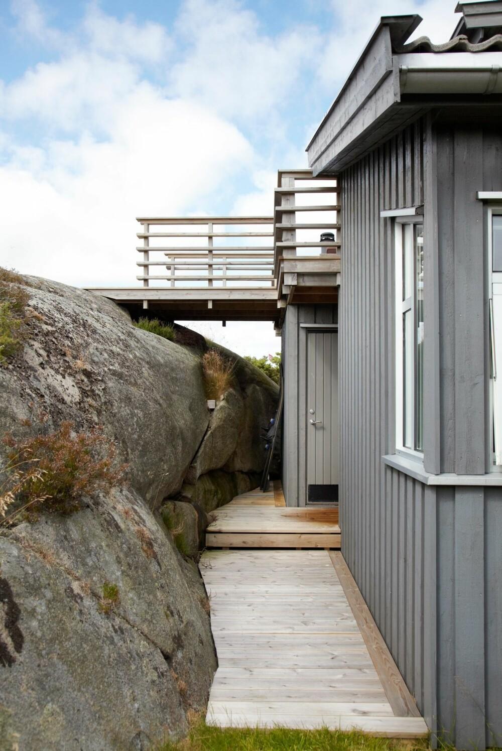 SMART OMBYGGING: Hytta ligger skjermet til i en kløft mellom en fjellside og en steinrøys. Byggeår: 1950/1987/2007. Størrelse: 73 m². Arkitekt: Tom Richard Kristiansen, Link Arkitektur.