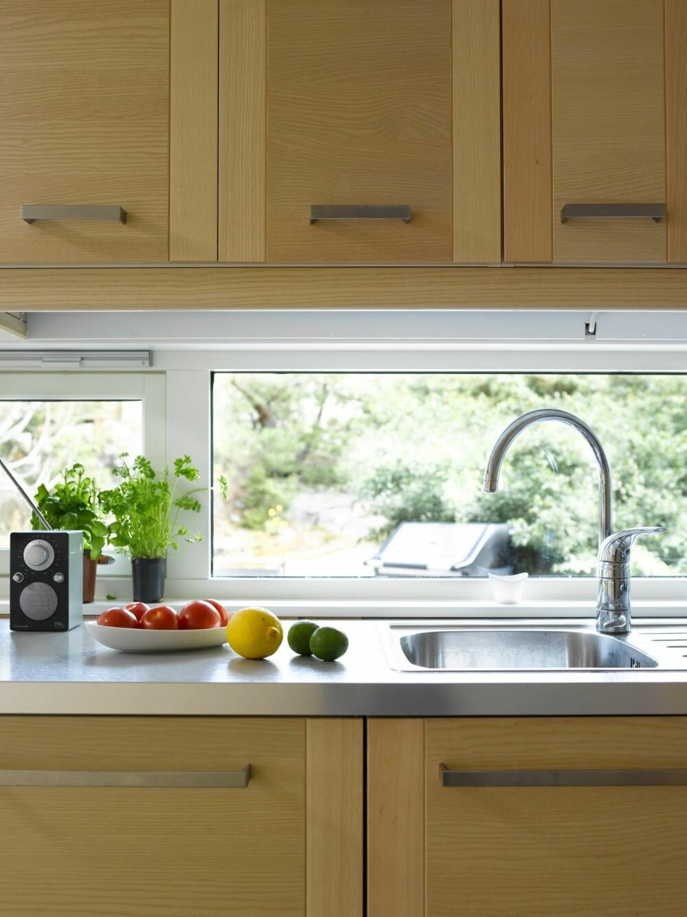 NYTT KJØKKEN: Vinduet over kjøkkenbenken gir godt med dagslys inn i hytta. Kjøkkenet er fra Ikea.