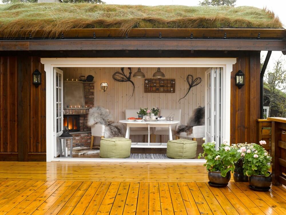 INNEKOS: Regnvær er ingen hindring. Utestuen kan brukes i all slags vær. Det er koselig å sitte inne under taket mens det drypper ned på terrassen.
