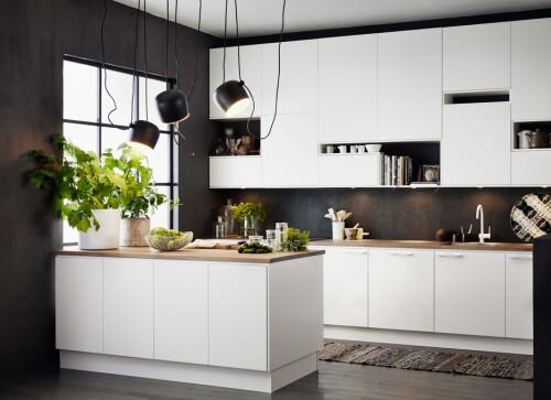 HALVØY: En halvøy gir mulighet til sitteplasser og skjermer kjøkkenet mot resten av rommet.