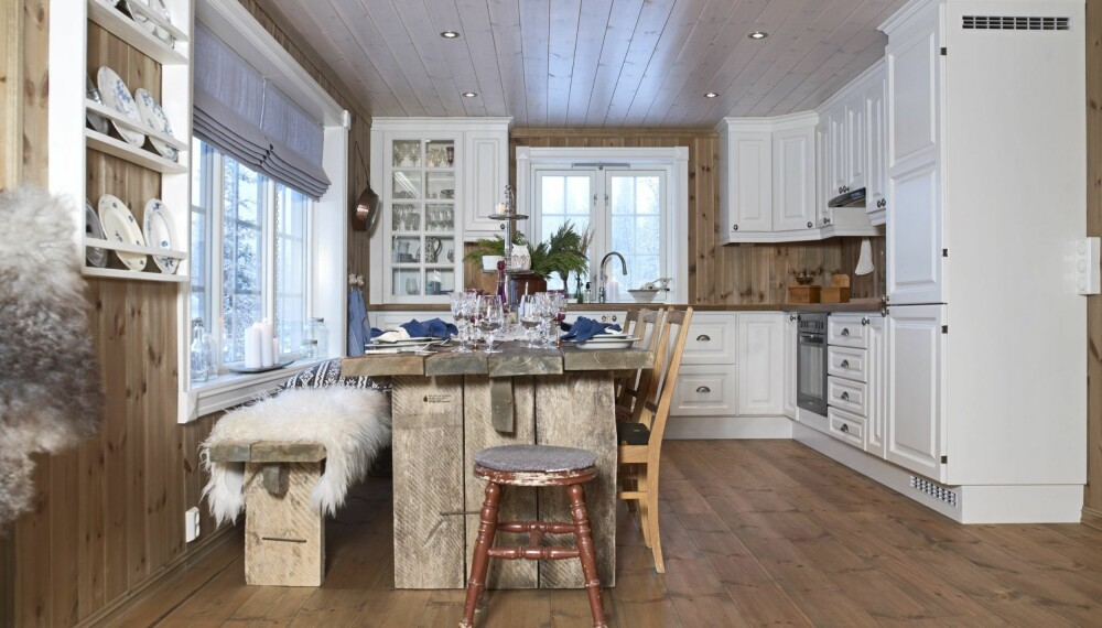 PERSONLIG SPISEPLASS: Kjøkkenet består av en salig blanding av gammelt og nytt. Bordet er faktisk nytt mens spisestolene og serviset er gammelt.  (FOTO: Inger Mette Meling Kostveit)
