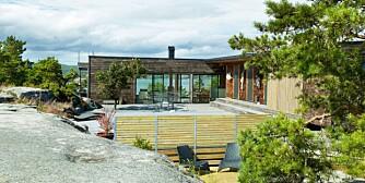 HYTTE SOM LEVEGG: Formen er stram og kubisk, men hytta er likevel i en tett dialog med landskapet rundt. Den danner en L-formet levegg mot været fra havet, og kledningen er i Kebony.