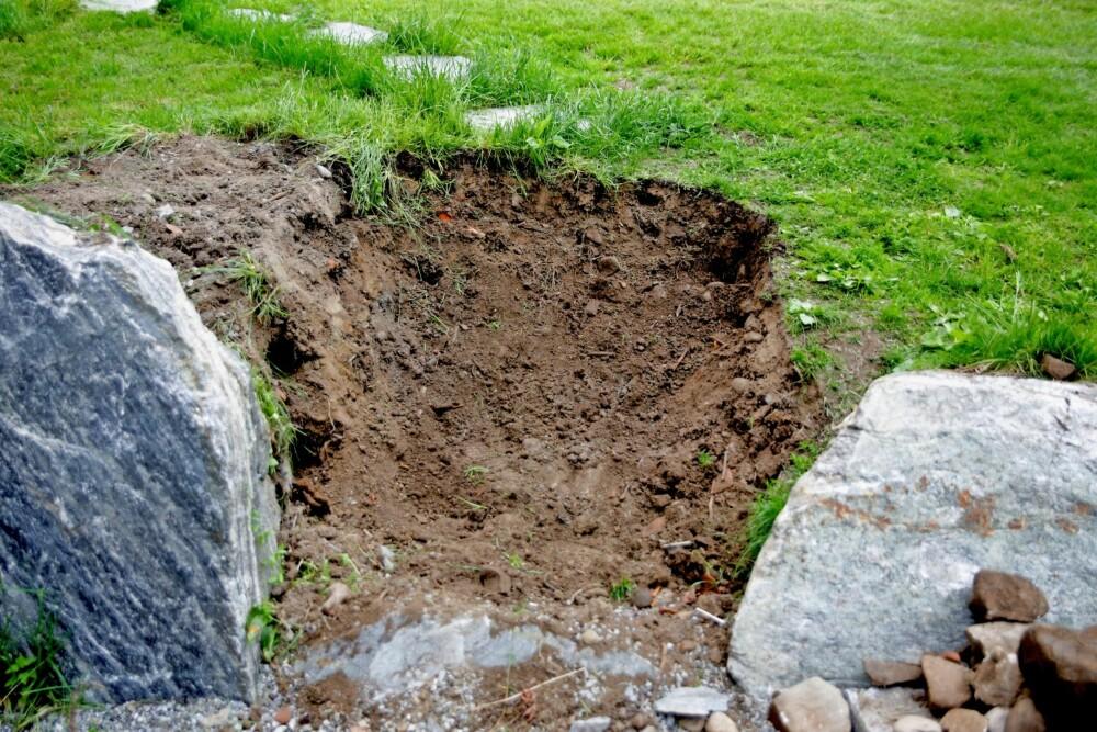 GRAV UT OMRÅDET: Stikk ut området der trappa skal være, og fjern jorden. Grav deg ned minst 30 cm og grav godt ut på sidene. Fyll sand eller grus i den nederste delen. Legg ned steiner med litt god høyde, slik at bunnen ligger litt under bakkeplan. Steinene skal danne en rett og fin fremside. Dunk dem godt ned med en klubbe eller slegge. Er det mye vann, kan du legge et dreneringsrør i bunnen. Det leder vannet bort.