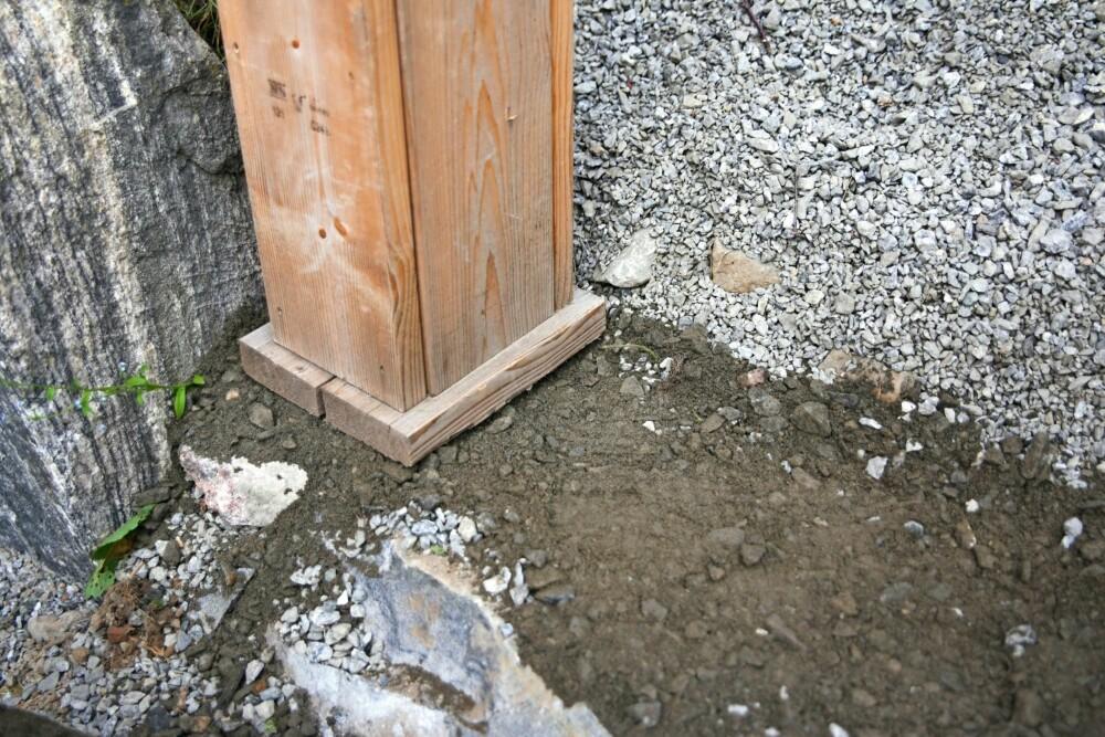 FYLL OPP: Fyll opp på baksiden. Rett av og sjekk med vateret begge veier. Trinnet skal være i vater sideveis, samtidig som det heller litt utover slik at vannet renner av. Stampe godt, og rett av en gang til om nødvendig. Legg på skiferhellen. Bruker du grus, bør du legge sand eller subus på toppen for å binde grusen.