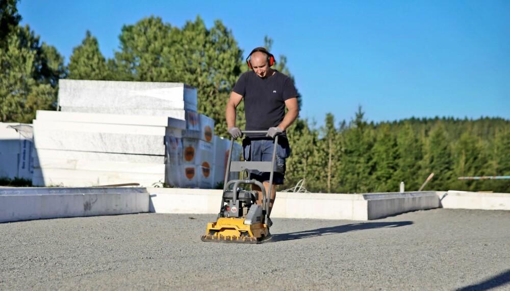 BYGGE GRUNNMUR: Kan du alt du trenger å vite om grunnmursplater, isolering, støping, drenering og slemming? Her får du oppskriften, trinn for trinn, på hvordan du bygger grunnmuren selv.