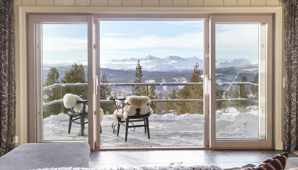 FANTASTISK UTSIKT: Det er ikke vanskelig å skjønne hvorfor Per og Kari Rudi falt for Folldal og Rondasyn hyttegrend. Fra terrassen og sofaen i stua er det mulig å nyte utsikten over Rondanemassivet. FOTO: Sveinung Bråthen
