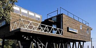 PANORAMA: Beach House ligger på påler høyt hevet over stranda i Chile.