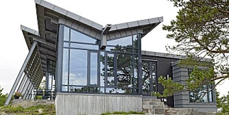 SAMSPILL: Fordi hytta ligger på en høyde og er godt synlig i terrenget, var det viktig med de gråblå tonene som matcher landskapet.