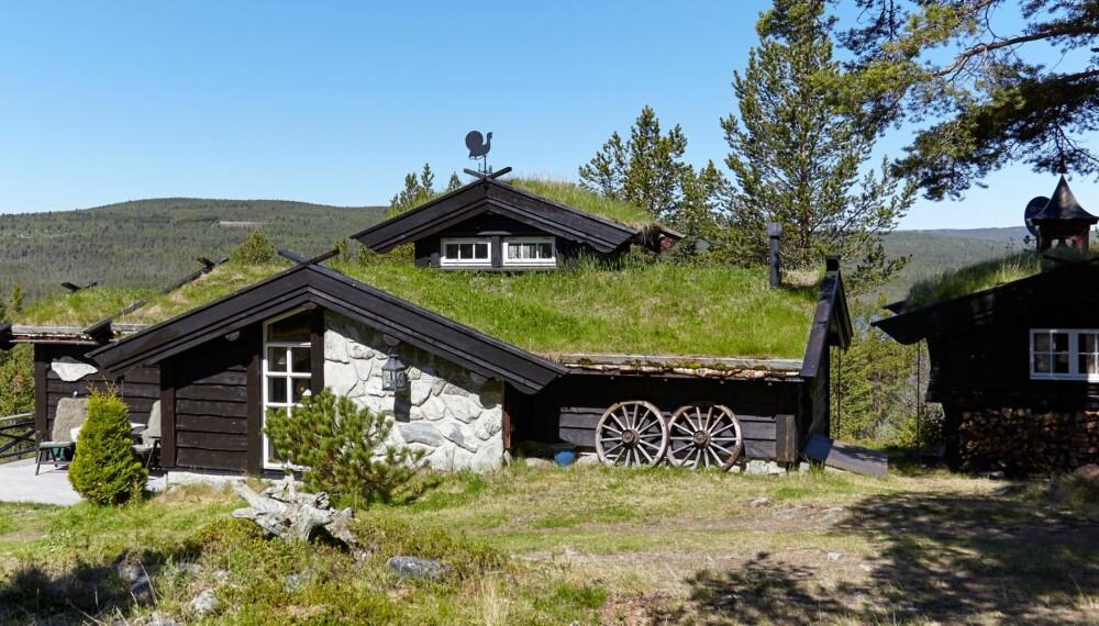 DRØMMEN: Tenk at dette paradiset begynte som en campinghytte! Den ble flyttet fra Berkåk til et nytt liv på Os i 1985.
