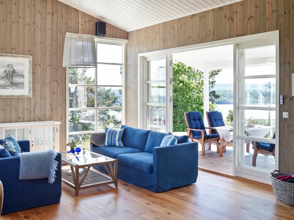 NYTER UTSIKTEN: Nina og Petter setter stor pris på utsikten. Sofaen og bordet er kjøpt på Home & Cottage i Drammen.