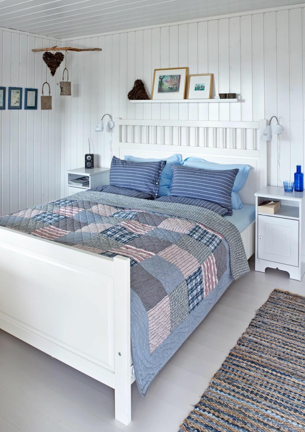 LYST OG SOMMERLIG: Vegger og tak på soverommet er malt i lyse farger. Hemnes seng fra Ikea.