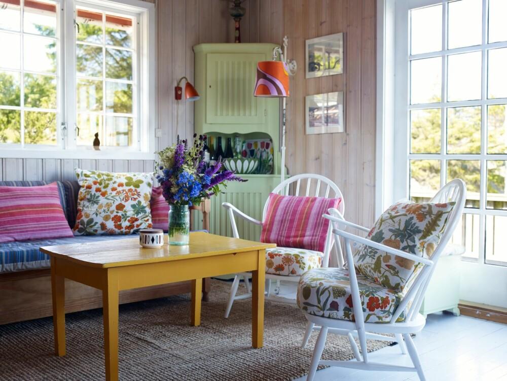 GJENBRUK: De fleste møblene er arvet og har stor affeksjonsverdi. Bordet er bygget av eierens grandonkel, som brukte det som kjøkkenbord. Med avsagde føtter og fargen Signalgul har det fått et nytt liv. Furuskapet ble malt i en lys grønn farge. Stålampen etter Hannas farmor har alltid vært på hytta. Skjermen er et loppefunn.