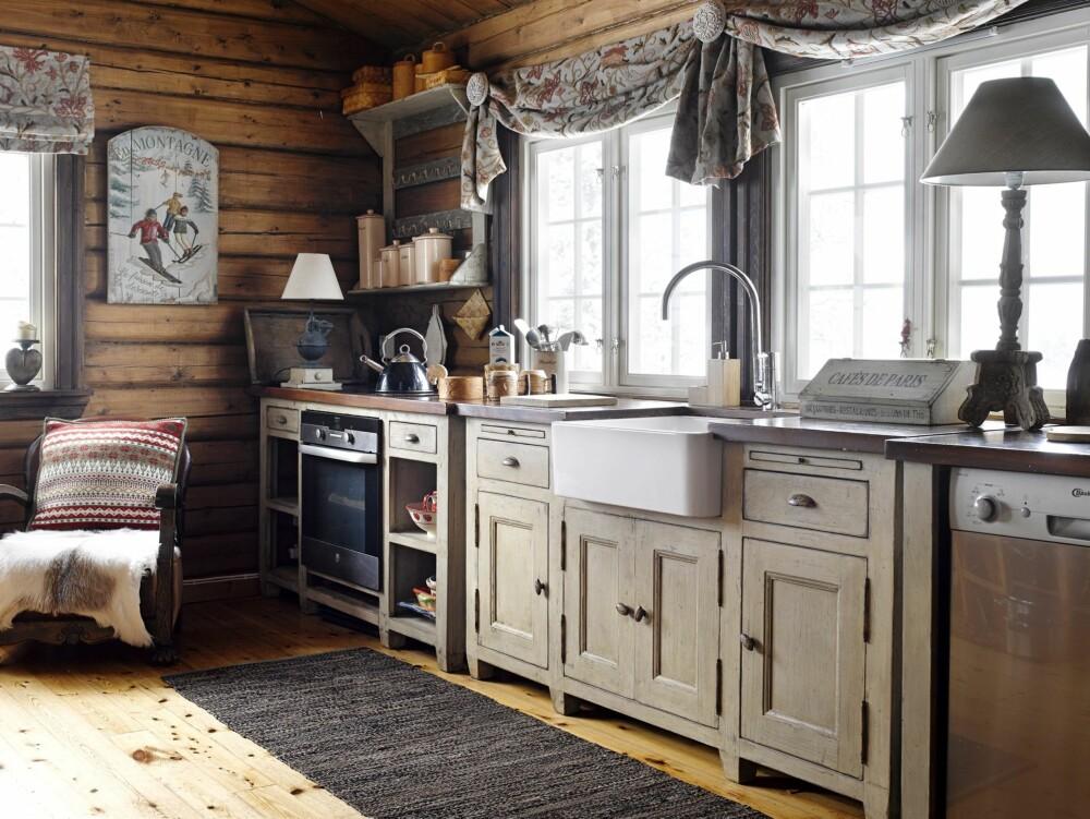 Landlig: På fjellet fungerer det overraskende godt med et fransk landkjøkken. Når oppvasken ordnes, kan utsikten mot fjellheimen gjøre selv det til en hyggelig opplevelse. Innredning fra Country Corner.