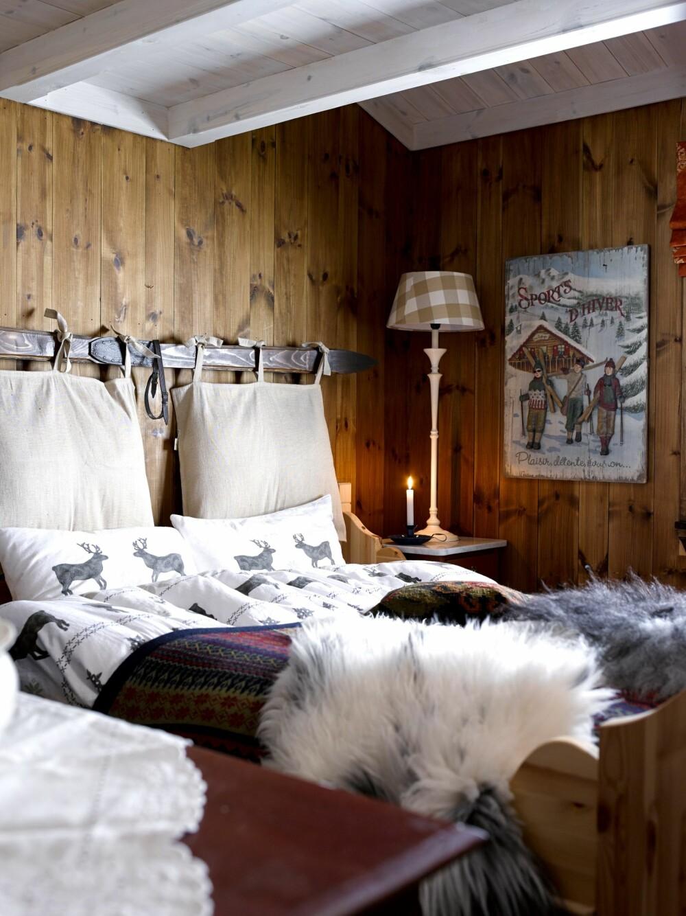 Ski til oppheng: Henger du opp en gammel ski, kan du knytte på gode puter og slik få et sjarmerende og behagelig hodegjerde.