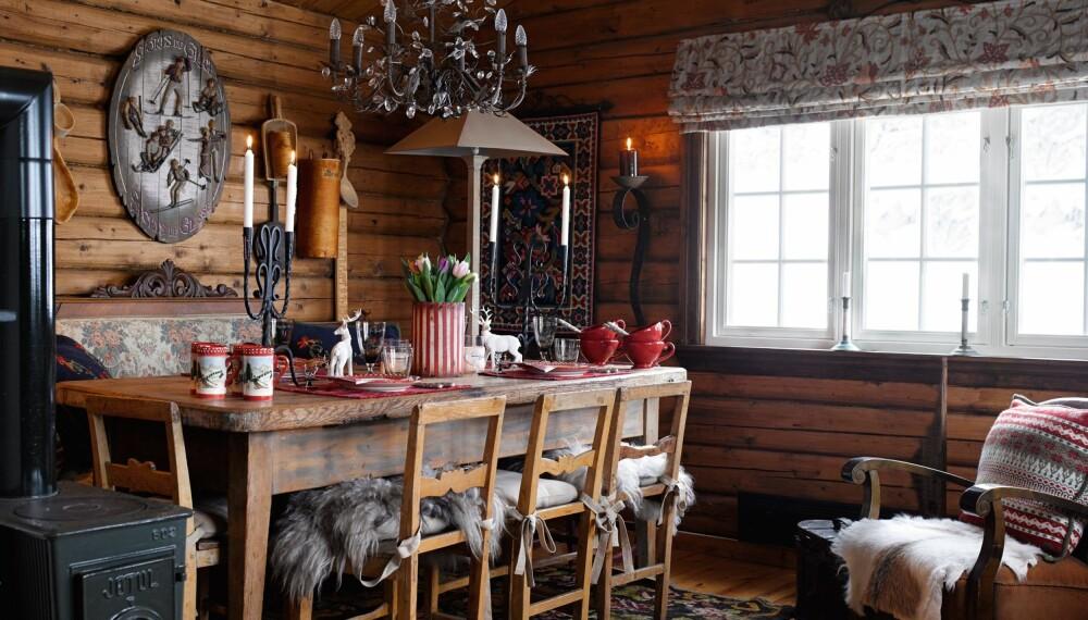 Samlingspunktet: Biedermeidersofaen er kjøpt hos en brukthandler i Åsgårdstrand. Den har fulgt med gjennom tre hus før den endte på fjellet. Langbordet er fra en antikvitetsbutikk, og taklampen er fra Nomi. Pinnestolene ble kjøpt fra en nedrevet firmahytte på Tjøme i 1985. Skinnstolen med originalt skinntrekk er etter besteforeldrene til Per.