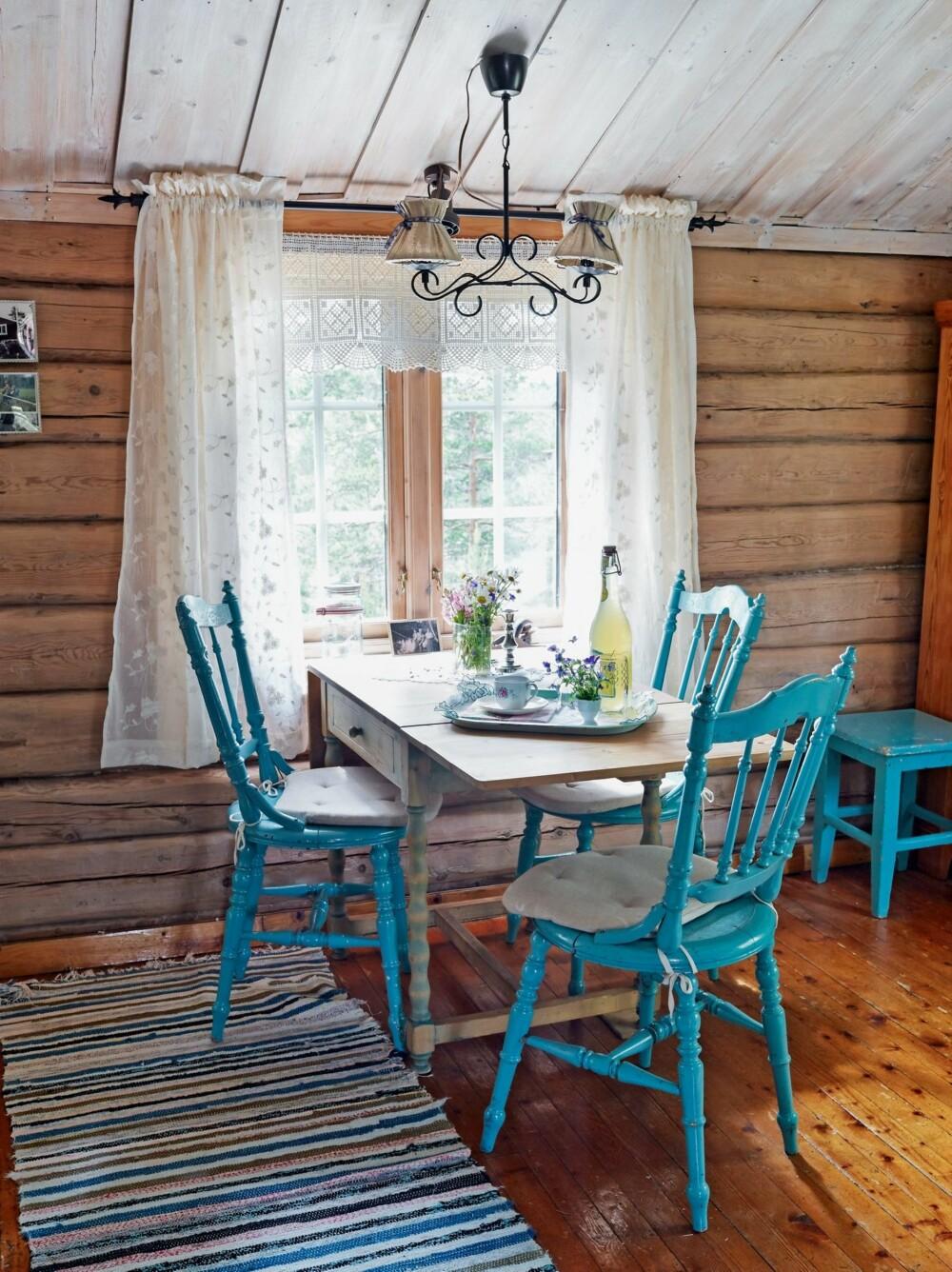 LETTE GARDINER: I stuen har Gry hengt opp gardinkappen som bestemoren har heklet. De gamle stolene og bordet er også arvet.