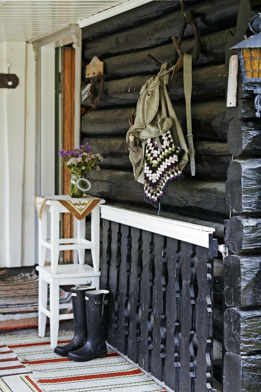 UNDER TAK: Ved inngangen henger nostalgiske minner på veggen. Sko og utstyr får stå under tak.