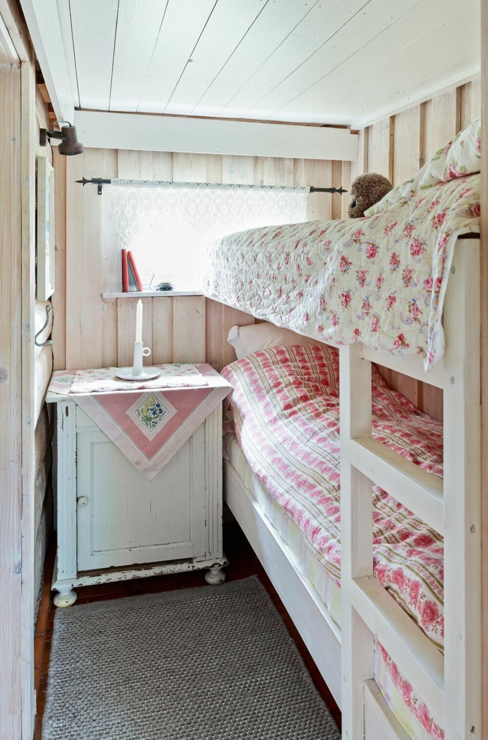 HYGGELIG: På det andre soverommet er det blitt køyeseng i stedet for enkeltseng. Totalt har hytta fire sengeplasser utenom sofabenkene i stuen.