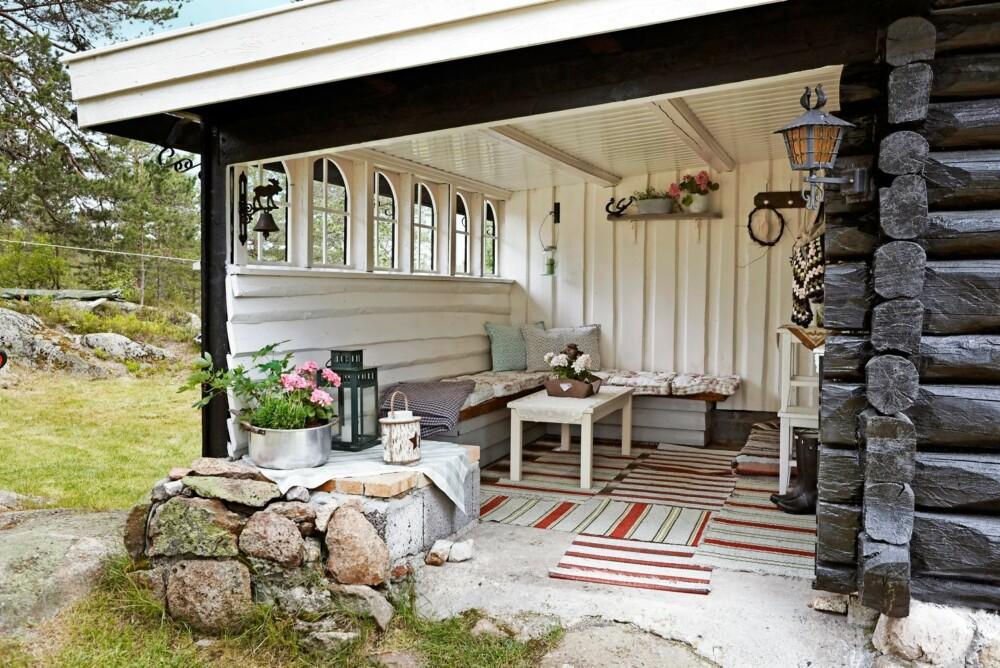 HYGGELIG UTEPLASS: Den overbygde terrassen er trivelig, og benyttes flittig av familien. Å male uteplassen hvit innvendig, skaper et lyst uterom. Denne er malt med Tyrilin hvit, som er en varm, eggehvit farge.