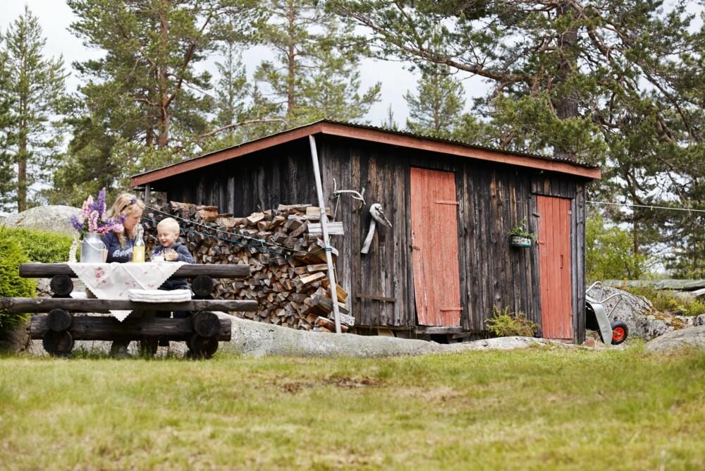 SLEKTERS GANG: En dag skal sønnen Haakon overta, og da kan det være verdifullt å ha med seg historien om slekta og det gammeldagse livet. Etter litt lek er det godt å kose seg med eplesaft.