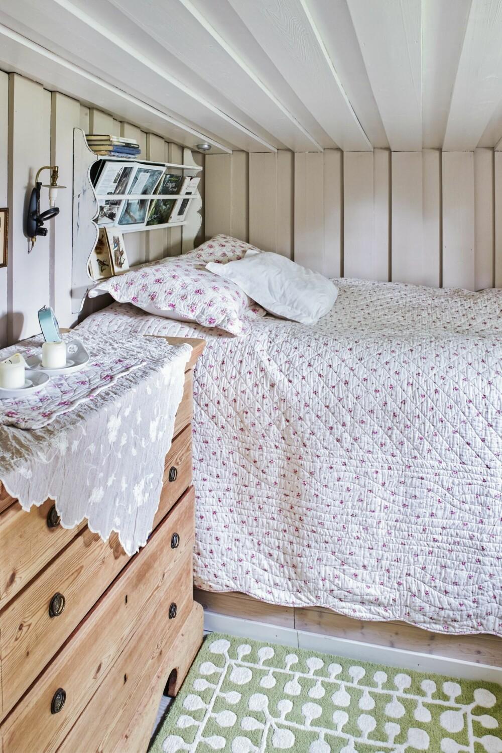 LYST ROM: Innvendig er hytta så godt som ferdig. På det ene soverommet er furupanelet blitt malt i fargen sand på veggene og egghvit i taket.
