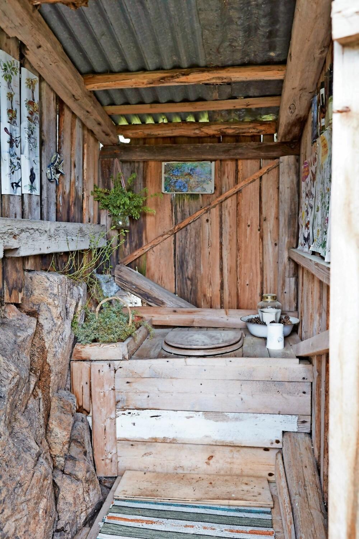 LUKTFRITT: På utedoen har Gry satt inn kasser med einer, som bidrar til å nøytralisere lukt. Utedoen er enkel, men bygget vakkert inn i terrenget.