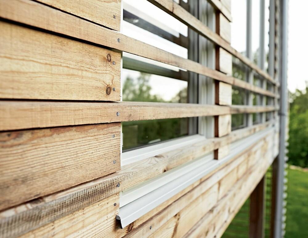 INTERESSANT GREP: Spilekledningen på veggen er ført ned langs murveggen og over deler av vinduene for å gi hytta en transparent virkning.