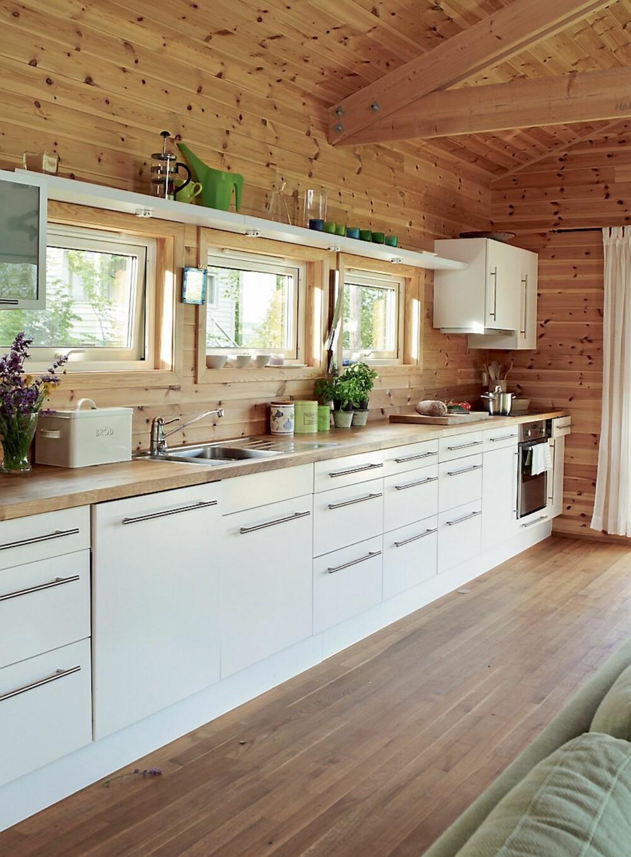 GODT DAGSLYS: På kjøkkenet ble det valgt vinduer i stedet for mange overskap. Det har ført til at hytta er forsynt med godt dagslys.