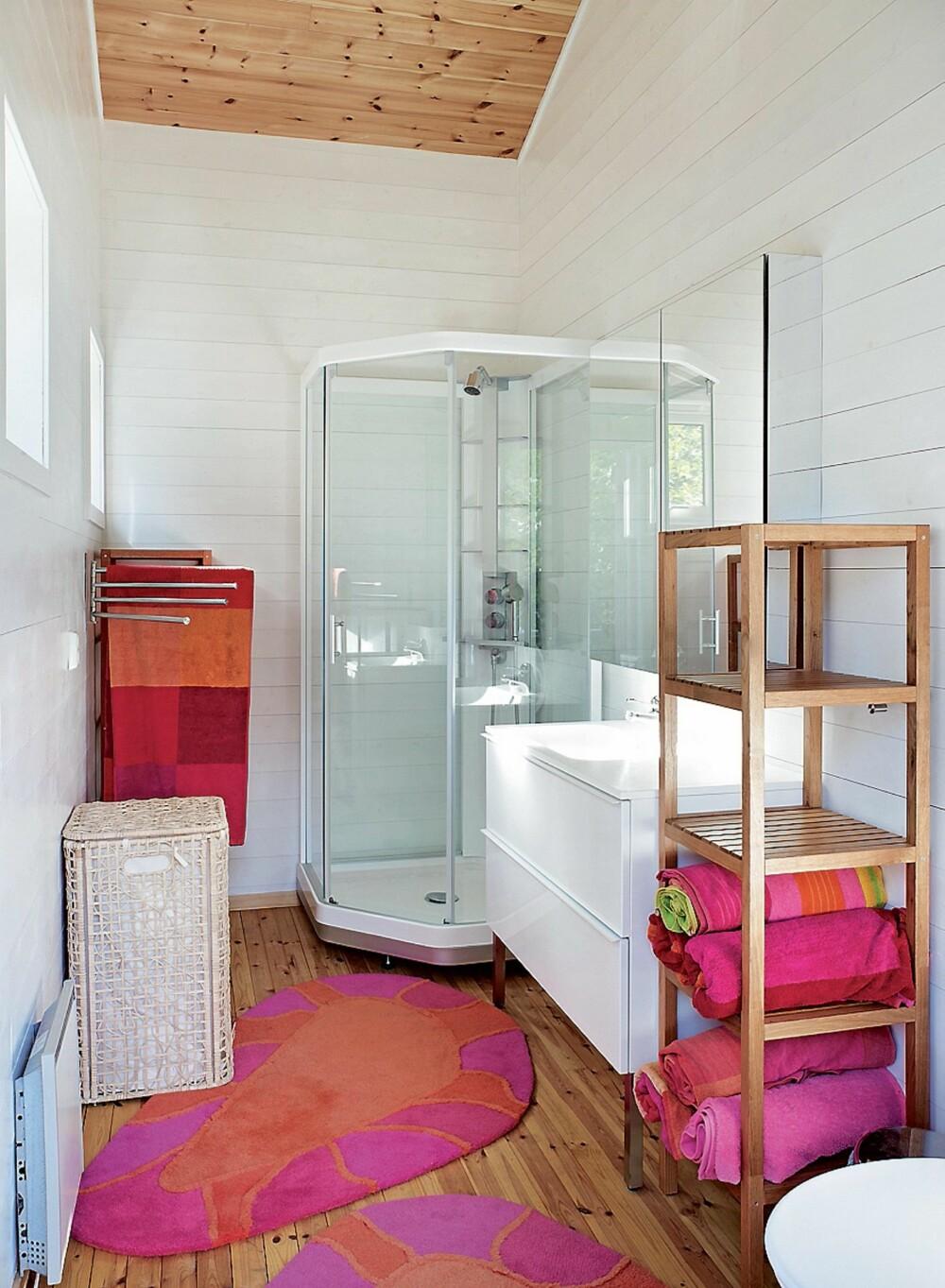 LYST: Badet er lyst og trivelig. Det er takket være en liten malejobb hvor furuveggene ble malt hvite. Fasiliteter er strøm, biodo og gråvannsanlegg.