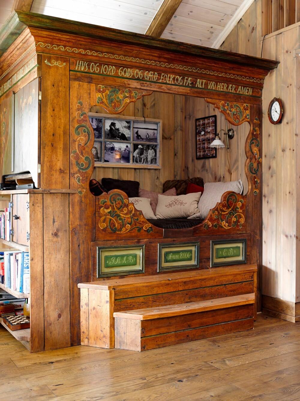 VAKKER KOPI: I stuen i hovedhytta har Erik bygget en kroneseng, helt lik en seng som står på Norsk Folkemuseum.