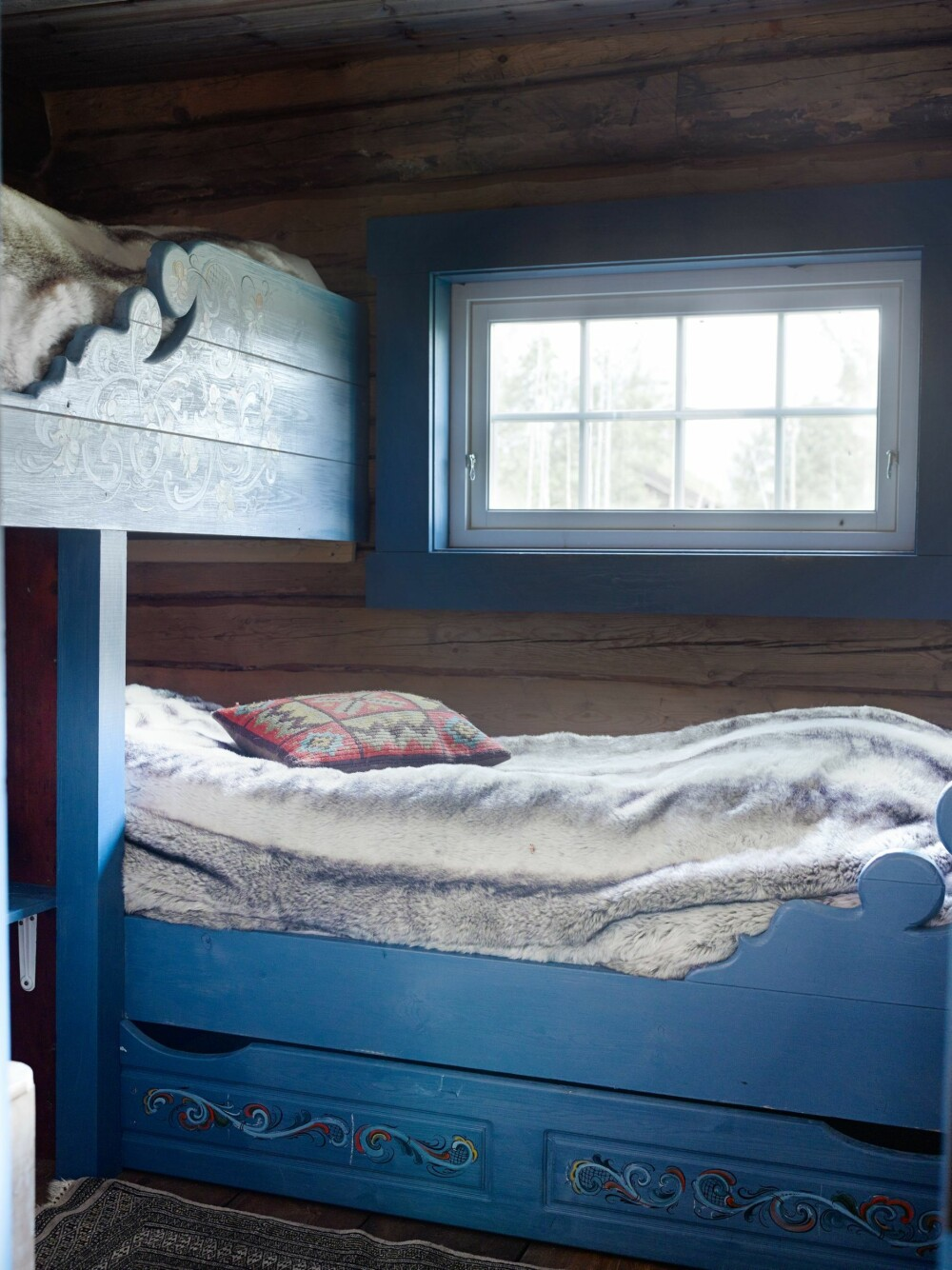 PLASSBYGD: Dette soverommet har plassbygde, rosemalte senger, som er laget av hytteeierne.