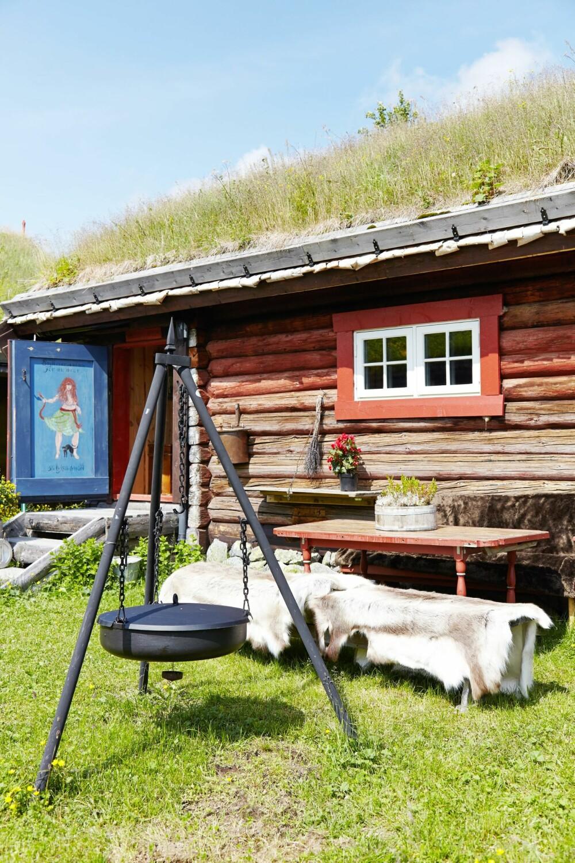 POPULÆRT: Plassen utenfor Huldrestua er det mest brukte utearealet på hele hyttetunet. Døren og bordet er egenprodusert.