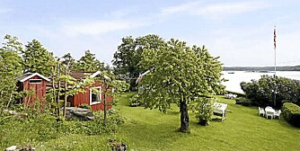 STRAND OG BRYGGE: Denne hytta i Indre Oslofjord frister med egen strand på 35 meter og hele to brygger til båter.