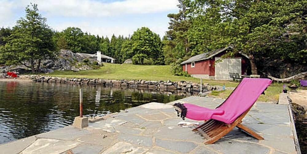 SØRLANDSPERLE: Hytte til salgs i Sørvika ved Nørholm, med 75 meter strandlinje og brygge. (Prisantydning: 21.000.000)
