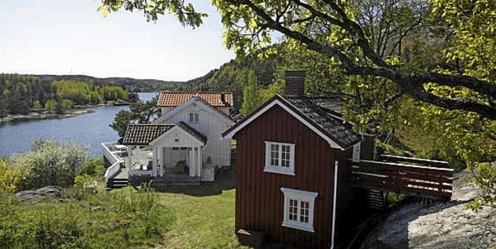 RISØR: Fritidsbolig i Risør, med 85 meter strandlinje, brygge, båthus og gjestehus. (Prisantydning 10.950.000,-)