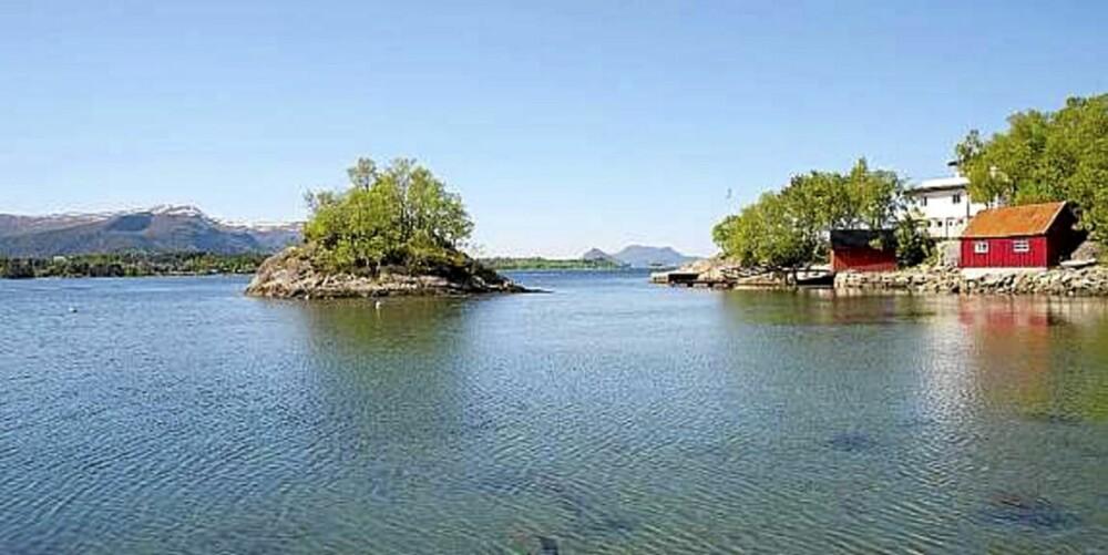 NAUST OG BRYGGE: Naust, brygge og ny, moderne hytte ved sjøen er til salgs i Naustvågen i Ålesund. (Prisantydning: 7.300.000,-)
