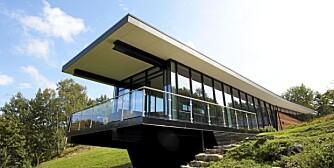 SVEVENDE: Hytta er bygd på en skrånende tomt og har fått en lang og smal form. Materialbruken har fokus på at det skal være mest mulig vedlikeholdsfritt.