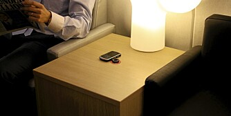 TEKNOLOGI OG INTERIØR: Nå kobles interiør og teknologi stadig tettere sammen. Møbelprodusenten Kinnarps har laget integrert trådløs mobillading i ny bordserie.