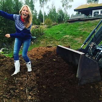 SISTE FINISH: Gunhild Nytrøen bidro med skyggegraving da det skulle legges plen utenfor den nye hytta på Søre Osen i Trysil.