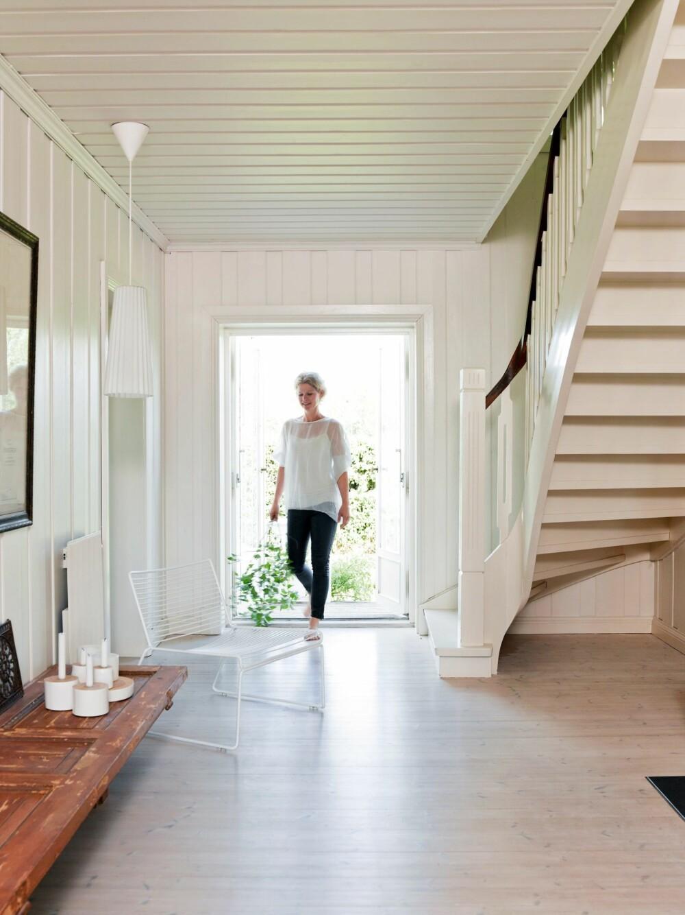LUFTIG: En rommelig hall ønsker velkommen. Både stolen fra Hay og takpendelen fra Ikea tar opp rillene i radiatoren på veggen - detaljer Cathrine har tenkt på. Styling: Kirsten Visdal.
