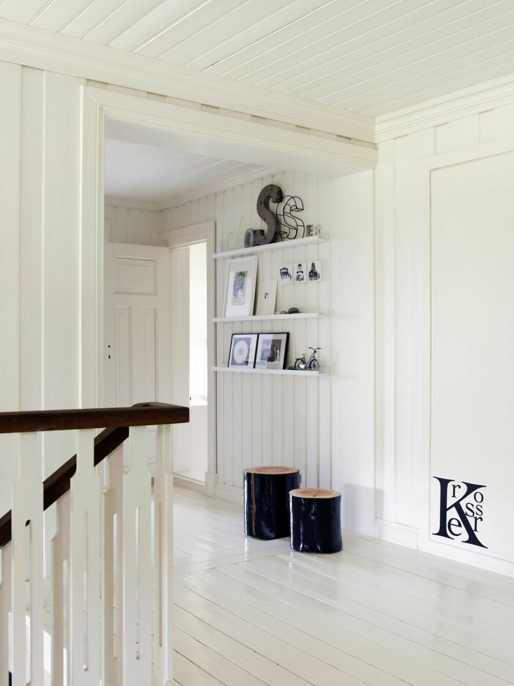 REV VEGGER: I andre etasje ble flere vegger revet for å gi gjennomlys, og beboerne har hentet frem gamle gulv og tak og malt alt hvitt. Styling: Kirsten Visdal.