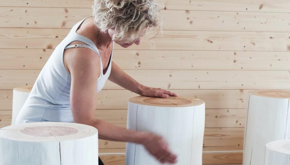 I FULL JOBB: På låven har Cathrine innredet verksted. Innerst er malerommet, utenfor blir stubbene pusset, pakket og vist frem i ulike miljøer. Styling: Kirsten Visdal.