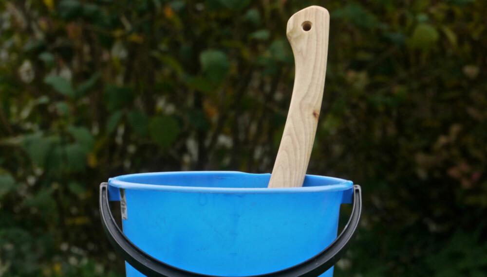 I vann: Et tørt skaft sitter bedre etter en stund i en vannbøtte.