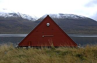 KUL TREKANT: Toppen av hytta dukker brått opp når du kommer til bygningen fra baksiden, og du tror du ser bare litt av et vanlig båtnaust.