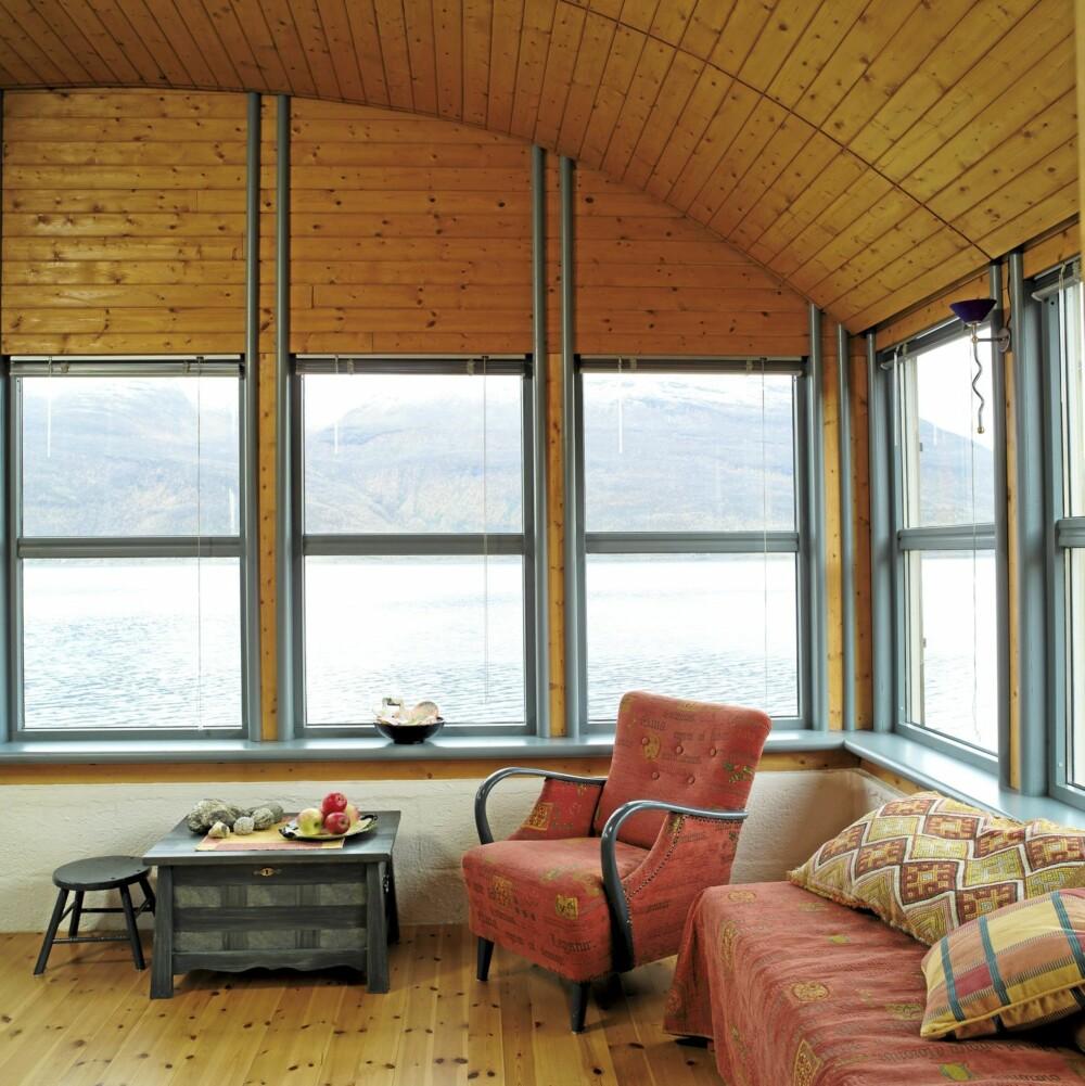 VARMEMAGASINERENDE EFFEKT: Det  lave, trekledde tønnetaket gjør det lett å få og bevare varmen i stuen.