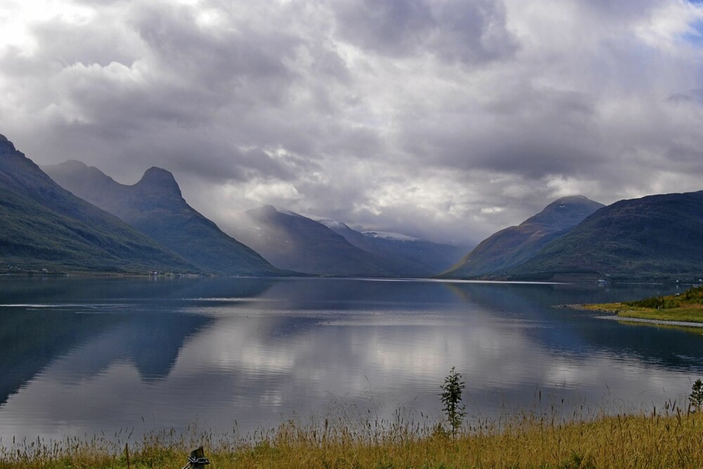 WOW I NORD: Utsikten over Storfjorden og de alpine toppene i Lyngen-området er upåklagelig. På den andre siden av fjorden ligger blant annet Reppifjellet og Hattefjellet.