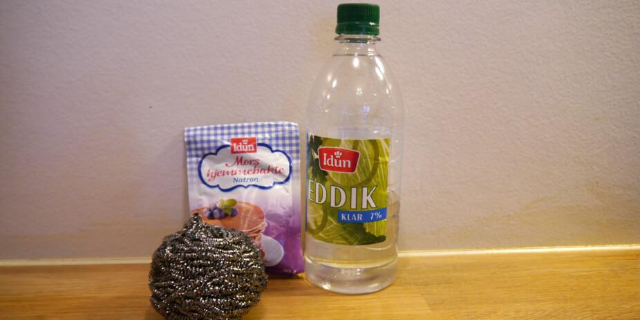 DETTE TRENGER DU: Natron, eddik og en skrubb/svamp eller lignende.