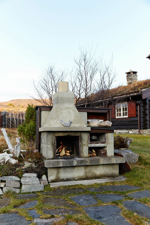 UTELIV: Utepeisen har Arne murt selv. Nesten alle kvelder om høsten tilbringes her når været er i godlune. Da blir det servert middag fra grillen.