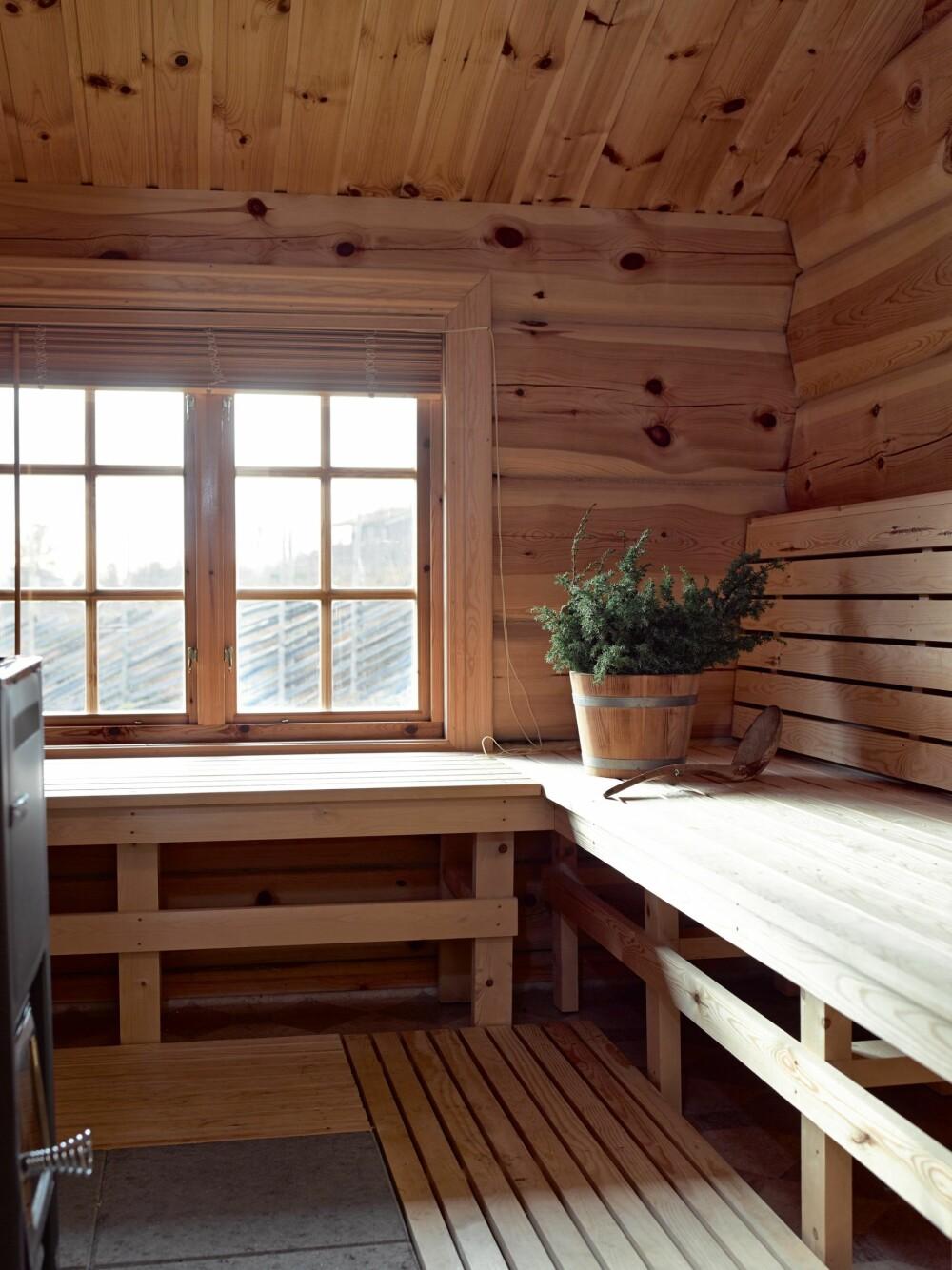 GJESTEROM: Saunaen brukes også som gjesterom. Det er mulig fordi det er et vindu her. Madrasser legges på benkene.  Denne delen kan stenges av mot der  hvor ovnen står.